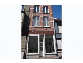 BEZOEKDAG OP AFSPRAAK 0488/85.81.84 Prachtig gerenoveerde burgerwoning in 2004 met zonnig terras. Op de 1 ste verdieping hebben we een ruime living v.