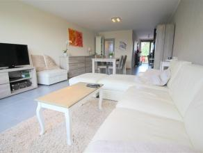 Gerenoveerd appartement op de 2de verdieping van een kleine residentie met een rustige ligging. De ruime leefruimte ligt aan de voorkant, aansluitend