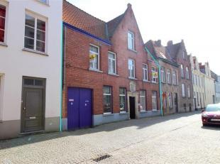 Prachtige te renoveren herenwoning in het hartje van Brugge! De woning heeft een uiterst centrale ligging, doch zeer rustig gelegen. Indeling: Gelijkv