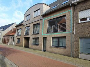 Appartement op de eerste verdieping gelegen in het centrum van Gistel. Indeling: Grote leefruimte met keuken uitgerust met oven, frigo, diepvries en e