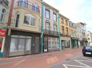 Woonhuis, opgedeeld in 2 ruime appartementen, gelegen in het centrum van Blankenberge nabij de Zeedijk, het station en winkels. De verbouwingswerken z