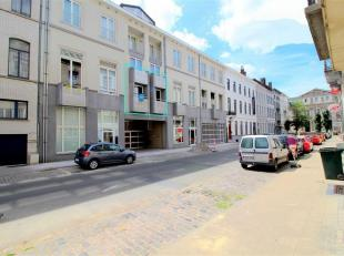 """Instapklaar appartement gelegen op de eerste verdieping in Residentie """"Louise-Marie"""" te Kortrijk. Het is zeer centraal gelegen, slechts 500m van het s"""