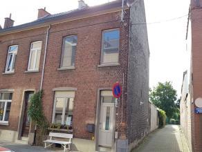 Leuke, gerenoveerde gezinswoning in het centrum van Kessel-Lo. Via de ruime inkomhal met ruimte voor vestiaire komen we de woning binnen. Vooraan in d