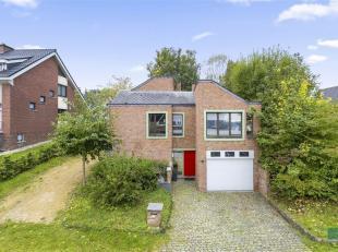 Mooie villa uit eind jaren '70 in aangename woonwijk.<br /> Deze degelijke vrijstaande woning met een origineel woonconcept is gelegen in een rustige