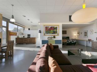Zeer mooie en lichtrijke loft (153m²) in een industrieel gebouw.<br /> Een grote open leefruimte met hoge plafonds zorgt voor een enorm ruimtegev