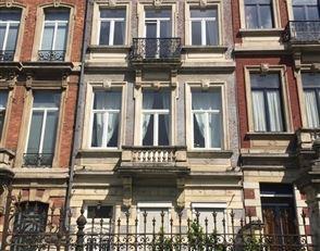 Volledig gerenoveerd 1 slaapkamer appartement ( 1° bezetting) , Volledig ingerichte open keuken , naast Luxemburg station en Maelbeek metro . Kort