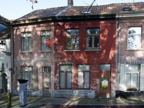 Gelegen langs de kazernevest deze op te frissen woning met 4 slaapkamers!<br /> Ideaal gelegen vlakbij de ring en de coupure van Brugge!<br /> Deze wo