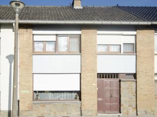 In een rustige wijk in St-Pieters ligt deze gezinswoning op een perceel van 184m²<br /> Inkomhal met gastentoilet, ruime living met toegang tot d