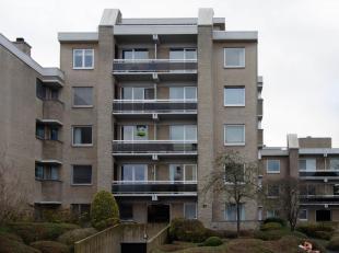 Instapklaar appartement met 2 slaapkamers gelegen te Assebroek, vlakbij CENTRUM EN STATION.<br /> Glvl: inkomhal met trap en lift.<br /> 2de verdiep:G