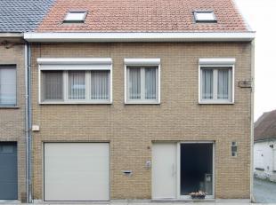 Instapklare gezinswoning, gelegen op een steenworp van het Centrum van Brugge en bestaande uit ruime inkomhal met toilet en ingemaakte vestiaire, woon
