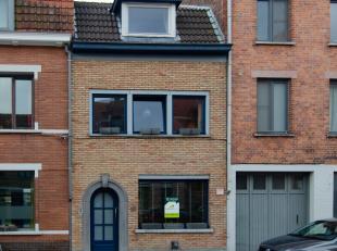 Knappe starterswoning nabij het centrum van Brugge, bestaande uit inkomhal met fietsenberging, woonkamer met daarachter de ingerichte keuken en waspla