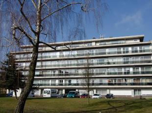 Appartement op de 2de verdieping, bestaande uit inkohal met toilet, badkamer met ligbad, 3 slaapkamers, keuken en woonkamer met parketvloer. Er is een