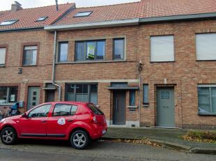 Recent vernieuwde gezinswoning gelegen te Assebroek, met als indeling: inkomhal met trap, ruime woonkamer met daarachter moderne keuken met toegang to