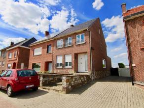 Ruime, charmante woning met o.a. een bewoonbare oppervlakte van 140 m², garage en aangename tuin. EPC: 635 kWh/m². Het gelijkvloers van de w