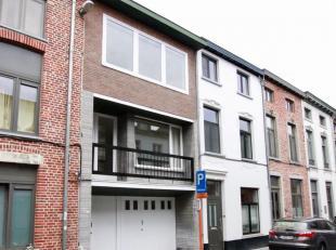 Ruime bel-etage woning met zeer veel lichtingval te huur in Leuven met o.a. 4 slaapkamers, ommuurde stadstuin, ruime garage en 2 badkamers. Bewoonbare