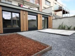 Volledig vernieuwd appartement van 108 m² met twee slaapkamers, ruim terras en tuinberging. Aan het appartement is er ook nog prive parking voorz