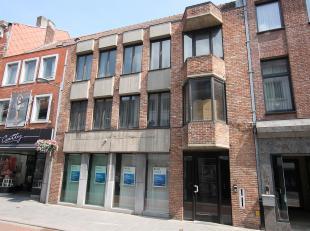 Handelspand of kantoorruimte gelegen in de winkelstraat van Tienen (vroeger bankkantoor)<br /> Indeling winkelpand of kantoor : winkel of kantoorruimt