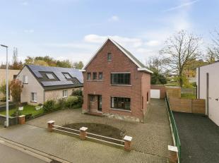 Rustig en centraal gelegen woning met drie slaapkamers, gezellige tuin en garage. Bouwjaar 1962 - EPC 624 kWh/m² - Bewoonbaar oppervlak 165m&sup2