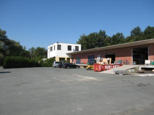 Te koop bedrijfsgebouw/magazijn met woonst en zeer ruime parking<br /> Oppervlakte terrein 1 ha 60 are<br /> <br /> Woning is als volgt ingedeeld : op