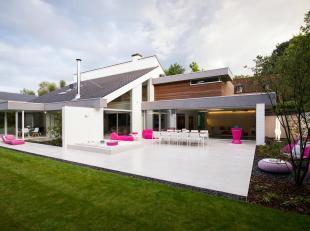 Deze exclusieve en riante villa is gelegen in een rustige straat op een boogscheut van het winkelcentrum van Leuven. Luxe en ruimte bepalen het karakt