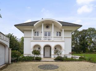 Cette villa spacieuse de 342m² de surface habitable offre pas moins de 6 chambres à coucher et 3 salles de bains. Vous vous trouvez &agrav