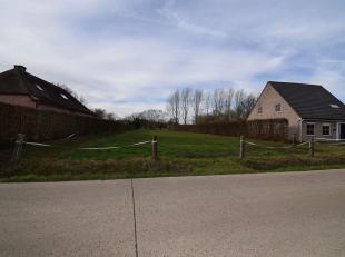 Bouwgrond voor open bebouwing, met een oppervlaktevan 22are 51ca.<br /> Straatbreedte bedraagt 21m. <br /> Rustig gelegen, in woongebied met landelijk