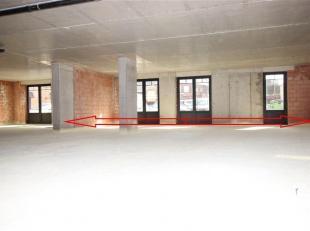 Gelijkvloerse casco handelsruimte in het centrum van een fel opgewaardeerd Putte met grote visibiliteit naar aanleiding van de locatie naast N15 die M
