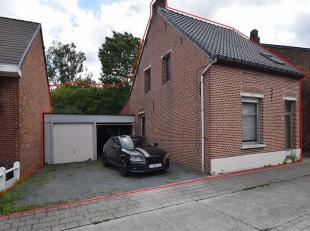 Te renoveren woning met dubbele garage en tuin.<br /> Deze woning bestaat gelijkvloers uit een inkomhal, leefruimte, keuken en badkamer. Boven zijn er