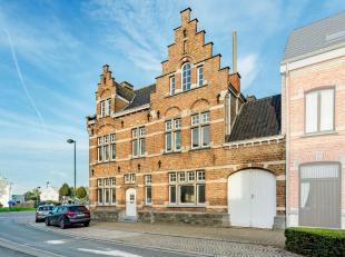 Deze authentieke herenwoning van 1907 (Architect Vanden Broucke Henri te Lokeren) in neorenaissancestijl is gelegen in het centrum van Pittem en dit o