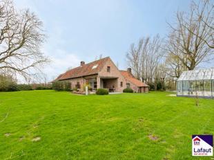 Hoeve op ± 48.000 m² - heel rustig en landelijk gelegen in Tielt. Ligging: op een werkelijk unieke ligging! Midden in de velden met een pr