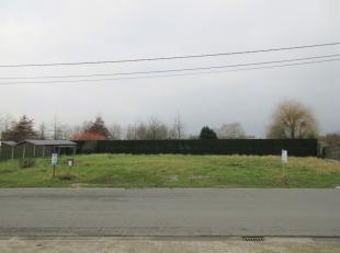 Bouwgrond voor open / vrijstaande bebouwing van 689m² gelegen nabij het van centrum Oostrozebeke.Prijs inclusief: opmetingskosten & aansluiti