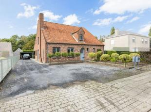 Uitzonderlijk ruime woning met 5/6 slaapkamers, garage, carport en tuin op 605 m²!Ligging: Zeer goed gelegen qua aansluiting naar de E40 of de N4