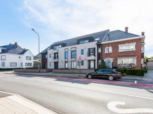 Gelijkvloers appartement met 2 slaapkamers, tuin en carport vlakbij centrum Tielt.Ligging: Dit appartement is gelegen op wandelafstand van het station