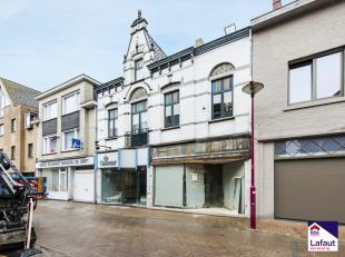 Te renoveren woning + handelszaak met 3 slaapkamers in centrum Oostrozebeke.Ligging: Op wandelafstand van centrum Oostrozebeke, slager, bakker, bank,