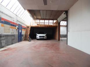 Gelegen aan de Ommegangstraat, ter hoogte van nr. 20 treffen wij dit magazijn / opslagruimte aan opgedeeld in 2 zones, dewelke afzonderlijk kunnen geh