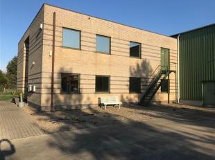 KMO-gebouw met kantoren, magazijn (bedrijfshal) en parkeerplaatsen in KMO-zone Weyerveld te Sint-Lambrechts-Herk (Hasselt), naast de Expressweg gelege