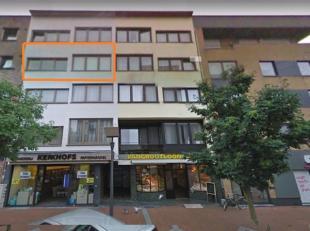 Investeringsappartement op de 3e verdieping, gelegen in een kleine huiselijke residentie in een autoluwe winkelstraat hartje Genk.  Er is een goede be