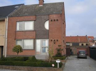 Woonhuis gelegen te Beverst - Bilzen bestaande uit inkomhal, ruime woonkamer, ingerichte keuken, wasplaats, veranda, toilet, 3 slaapkamers, badkamer m