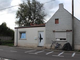 Deze woning heeft inkomhal, gastentoilet met lavabo<br /> Ingerichte keuken die uitgeeft op zonnige binnenkoer.<br /> Gezellige woonkamer, met rolluik