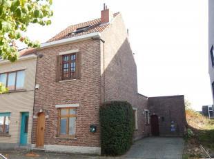 Zeer gezellig driegevel huisje met grote zonnige tuin in rustige straat in Koningslo. Woning bestaande uit inkom met vestiaire en toilet, keuken met e