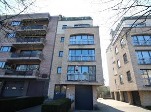 Dit appartement is gelegen in een recent gebouw (2001) op de eerste verdieping van een kleine mede-eigendom. Het appartement bevindt zich vlakbij open