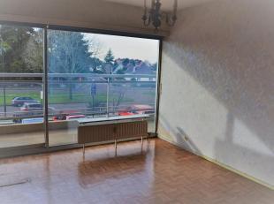Het appartement is gelegen op de 1ste verdieping en bestaat uit een inkomhall, een living, een aparte keuken, één slaapkamer, een ingeri