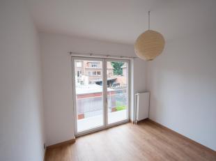 Gerenoveerd appartement gelegen op de 1 ste verdieping van een kleine gebouw in het centrum van Meise. Bestaande uit een inkomhal, living, nieuwevolle