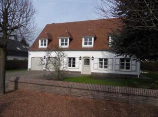 Une villa très charmante dans une rue calme dans le domaine de Bouchout. Avec un bel hall d'entrée avec vestiaire et w.c. sépar&e