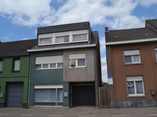 Ruime woning bestaande uit een leefruimte met ingebouwde kachel, grote keuken, badkamer met ligbad, aparte w-c, veranda met toegang tot een terras, be