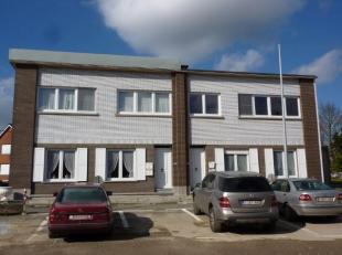 Gezellig appartement gelegen op de 1ste verdieping van een klein gebouw. Het appartement bestaat uit een inkomhal, ruime leefruimte, keuken volledig i