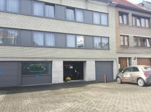 Gezellig appartement op de eerste verdieping van een klein gebouw, bestaande uit een ruime living met toegang tot een groot terras, keuken volledig in