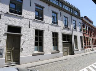 Het appartement is gelegen in een rustige straat dichtbij de oude markt, delhaize, school,... Bevattende een inkomhal met ingebouwde vestiairekast. Ee