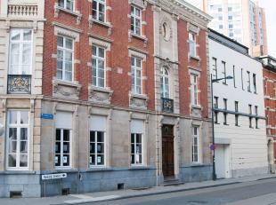 Op een toplocatie centrum Leuven vinden we deze luxe gemeubelde penthouse terug. Er zijn 3 slaapkamers en 2 badkamers aanwezig. Via de 2 terrassen kan