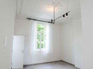 Het appartement werd zopas volledig gerenoveerd. Het omvat een leefruimte, een keuken, badkamer en een slaapkamer. Het station van Leuven bevindt zich